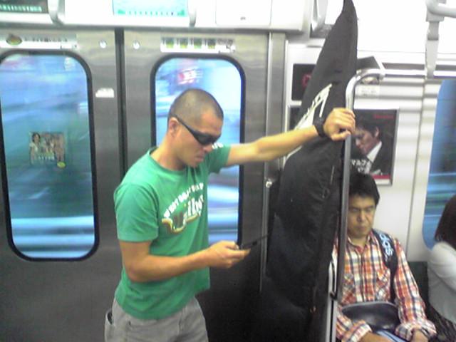 電車に乗ってます